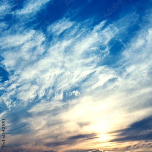 niebo-z-chmurami-i-sloncem
