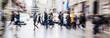 Bild mit Zoomeffekt von Menschen die eine Straße überqueren