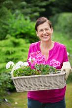 Frau Mit Blumenkasten Im Garten