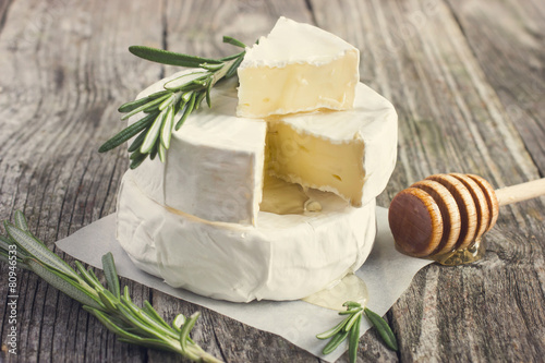 Photo  camembert cheese with rosemary and honey