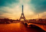 Pejzaż Paryża, intensywne i dramatyczne kolory. Filtrowany obraz - 80959706