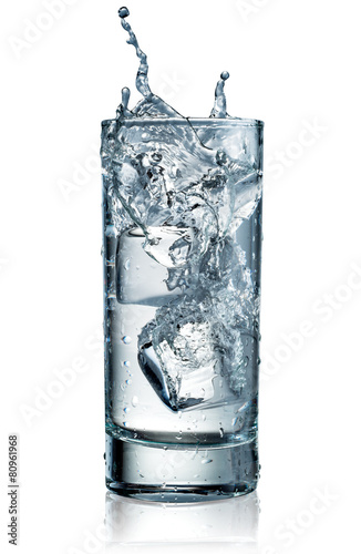 szklanka-wody-z-lodem-ze-sciezka-przycinajaca