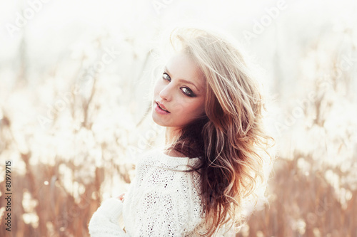 Photo  Sunny portrait of a beautiful young blonde girl