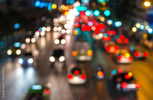 Fotografía abstact blur bokeh of Evening traffic jam on road in city