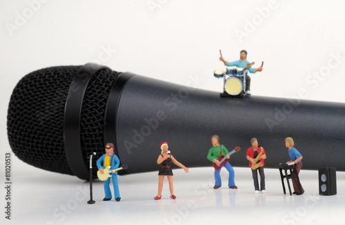 Fotografie, Obraz  miniatura di un gruppo musicale rock su un microfono