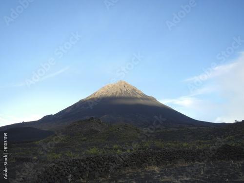 Deurstickers Vulkaan Volcano cone at dawn
