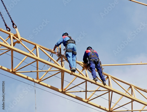 Photo  Workers on the crane