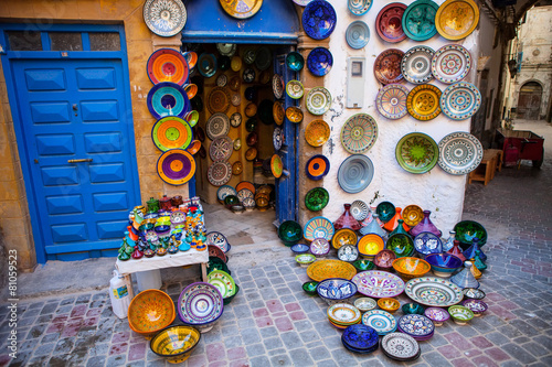 Papiers peints Maroc brightly colored ceramics exposed front of the store, Morocco
