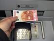 Geld abheben am Geldautomat