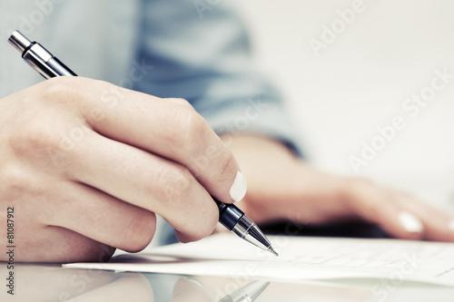 Fotografía  Negocios el contrato de firma de la mujer