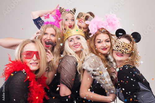 Printed kitchen splashbacks Carnaval Frauen machen Foto vor Photobooth