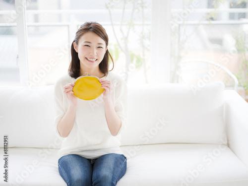Fototapeta 財布を持つ若い女性 obraz