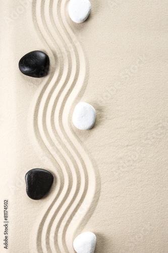 kamienie-zen-czarne-i-biale-z-falami-w-piasku