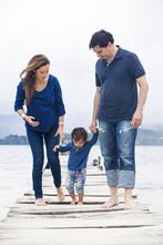Familia Caminando En El Muelle...