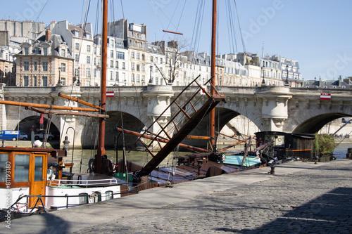 Poster Ville sur l eau Péniche des quais de Seine à Paris