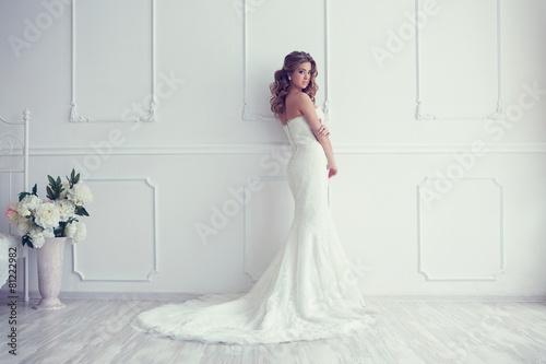 Foto Young beautiful bride