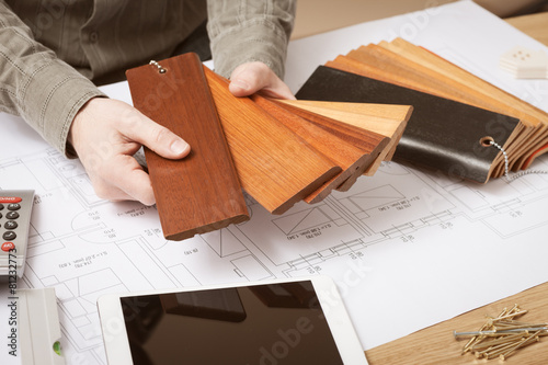 Photo Interior designer choosing a baseboard