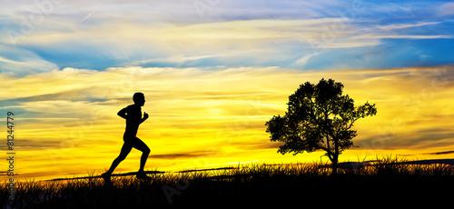 humano corriendo por el campo
