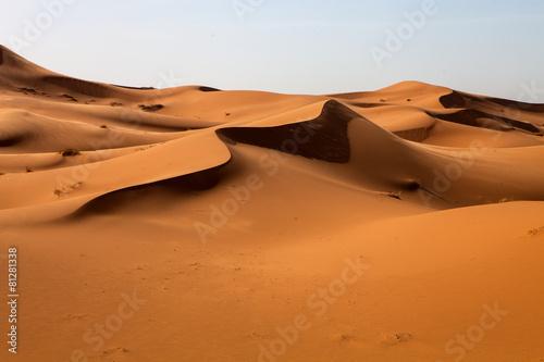 duze-wydmy-na-saharze-zdeformowane-przez-wiatr-maroko
