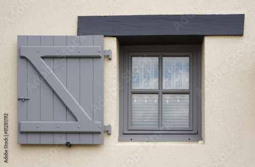 Modernes Fenster Und Einflügeliger Klappladen Aus Holz In Grau Buy