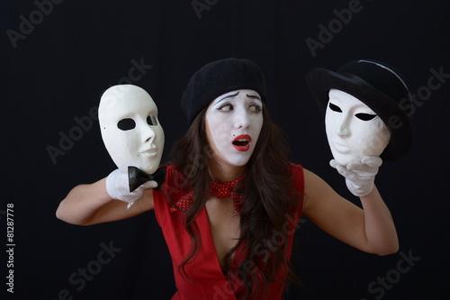 fototapeta na ścianę Dziewczyna jest MIME gospodarstwa teatralne maski w kapeluszach