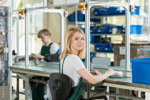Fotografía  Mujer que trabaja en la línea de producción