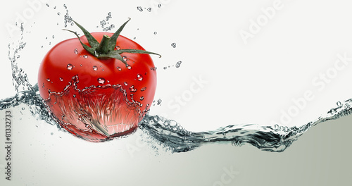 Red tomatoes in splash of water - 81332733