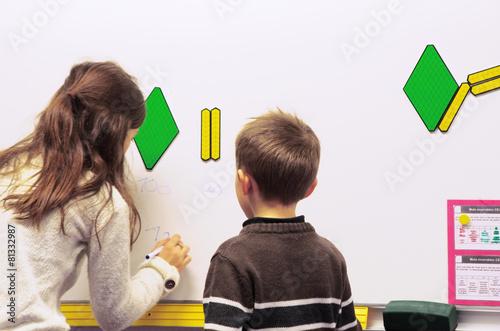 Fotografía  ecole primaire - enfants au tableau