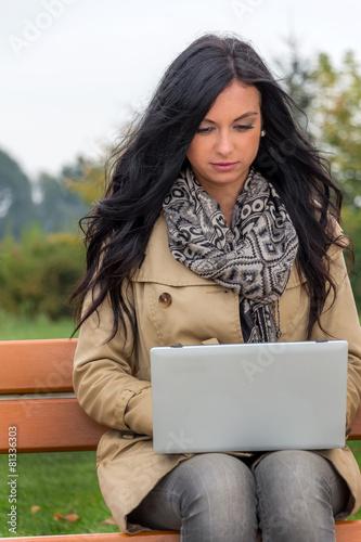 Fotografie, Obraz  Mann mit Laptop im Park