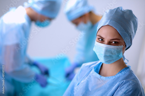 Fotomural  Team surgeon at work in operating room.