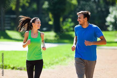 Poster Jogging Happy couple jogging outdoor