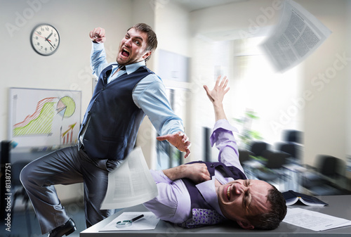 Businessmen fighting in the office Canvas-taulu