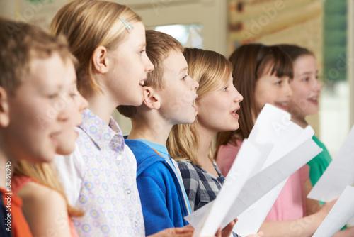 Photographie Group Of School Children Singing In School Choir