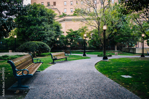 Staande foto Los Angeles Bench and walkway at Maguire Gardens, in downtown Los Angeles, C