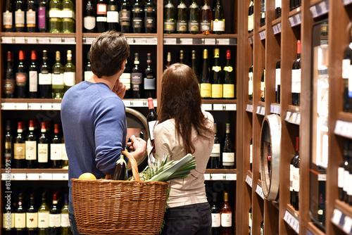Valokuvatapetti junges Paar kauf in Weinhandlung ein