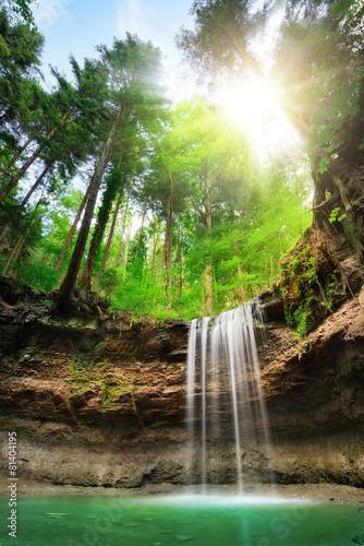 Faszinierende Landschaft mit Wasserfall - 81404195