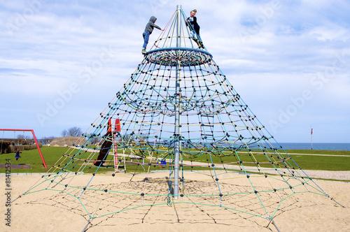 Klettergerüst Pyramide : Kinder auf großem klettergerüst u2013 kaufen sie dieses foto und finden