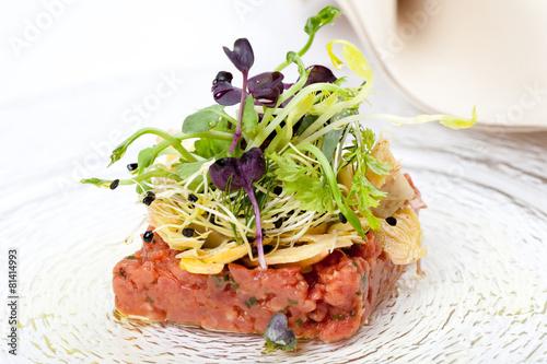 Recess Fitting Appetizer Vorspeise mit Tatar vom Kalbsfilet und Kräutersalat