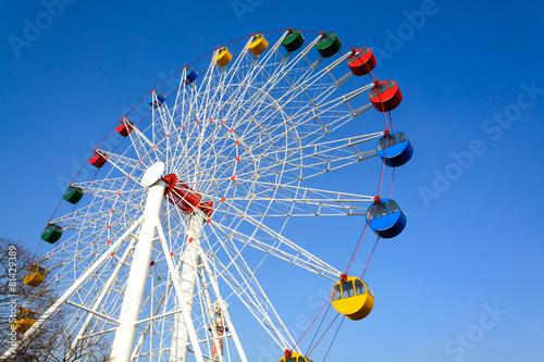 Papiers peints Attraction parc Giant ferris wheel against blue sky
