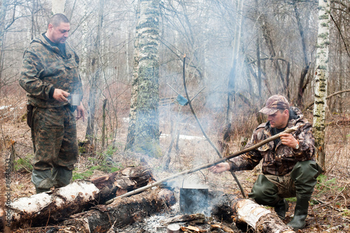 Foto op Aluminium Jacht two hunters over the campfire