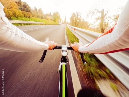 obraz dibond ciclista si allena al tramonto, vista frontale