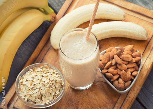 Cuadros en Lienzo  Fresh made Banana smoothie on wooden background
