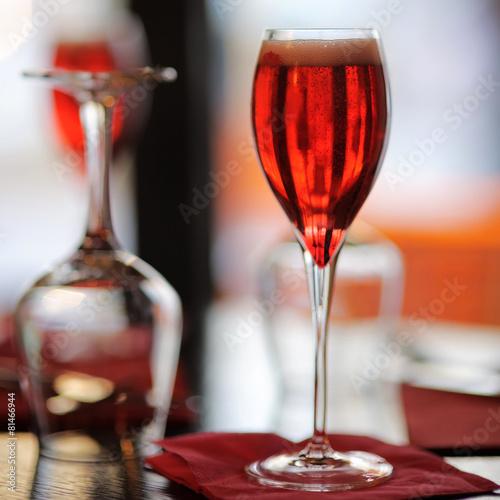 Foto  Glas mit französischem Alkohol trinken Kir Royal