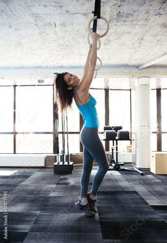 Zdjęcie XXL Kobieta pracująca na gimnastycznych na siłowni