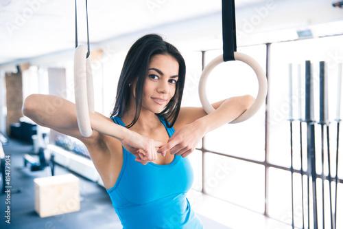 Zdjęcie XXL Piękna dysponowana kobiety pozycja przy gym