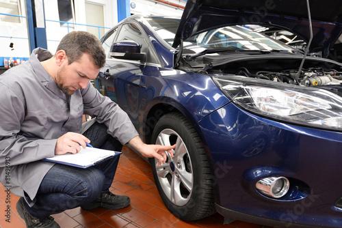 Láminas  Inspektion - Gutachter überprüft Fahrzeug en Autowerkstatt