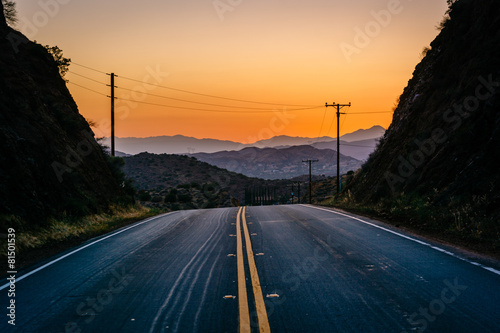 Staande foto Los Angeles Sunset over distant mountains and Escondido Canyon Road, in Agua