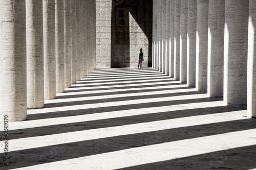 Fotografie, Obraz  Pattinatrice che attraversa un colonnato
