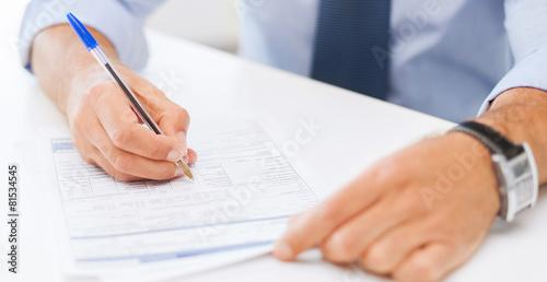 Fotografía  man filling tax form