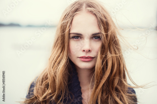 Fotografia  portrait of a beautiful girl on a cold windy day